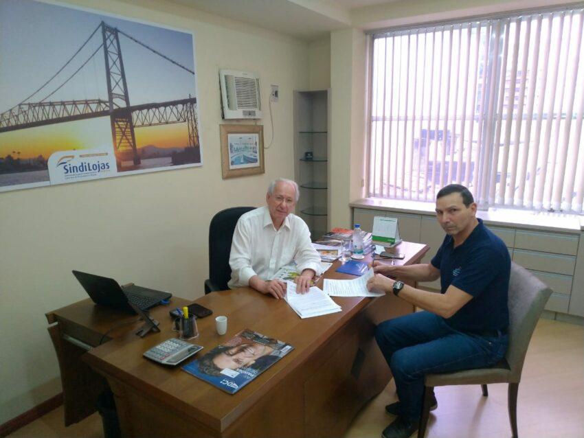Presidentes Paulino de Melo Wagner (Sindilojas) e Lael Nobre (SEC Floripa) assinam a CCT.